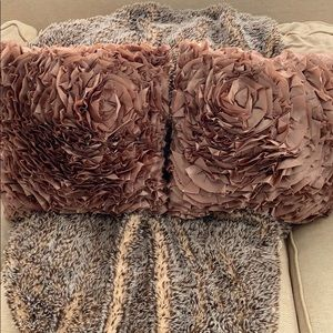 "Set of 2 bronze rose ruffle pillows 🤎🤎 18""x18"""